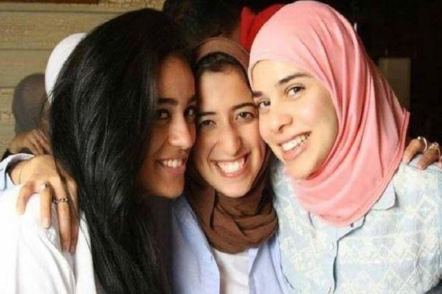آية، ابنة المشير مع صديقاتها، وتظهر في أقصى يمين الصورة