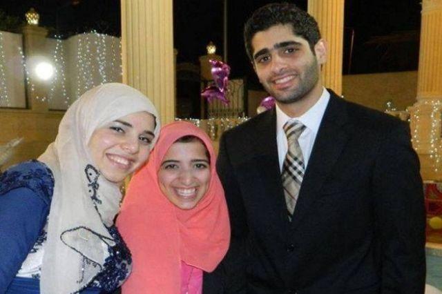 آية السيسي مع زوجها، وتظهر في أقصى يسار الصورة